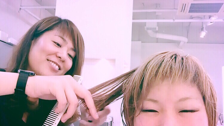 髪の毛切ってますっ!✂︎